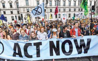 Με κεντρικό σύνθημα «Αναλάβατε δράση τώρα» πραγματοποιήθηκε χθες η μεγάλη διαδήλωση για την αντιμετώπιση του φαινομένου της κλιματικής αλλαγής στους δρόμους του Λονδίνου. Την ίδια ώρα, η «ηγεσία» του κινήματος, η 16χρονη Σουηδή Γκρέτα Τούνμπεργκ, μιλούσε σε μέλη του βρετανικού Kοινοβουλίου εξηγώντας με τον μοναδικό της τρόπο ότι η σωτηρία του πλανήτη δεν επιδέχεται άλλες αναβολές.
