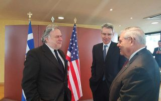 Ο Μπομπ Μενέντεζ  (δεξιά) με τον υπουργό Εξωτερικών Γιώργο Κατρού-γκαλο και τον Αμερικανό πρέσβη Τζέφρεϊ Πάιατ.