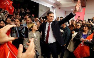 Ο πρωθυπουργός της Ισπανίας χαιρετά τα πλήθη που τον περιμένουν στα γραφεία του Σοσιαλιστικού Κόμματος.