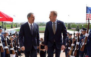 Ο Τούρκος υπουργός Αμυνας Χουλουσί Ακάρ (αριστερά) συναντήθηκε με τον υπηρεσιακό υπουργό Αμυνας των ΗΠΑ Πάτρικ Σάναχαν (δεξιά).