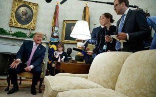 O Αμερικανός πρόεδρος μιλάει με δημοσιογράφους στο Οβάλ Γραφείο. Η διετής ανάκριση δεν κατέληξε σε κατηγορίες εναντίον του.