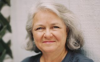 Η Μαίρη Νόρις δούλεψε επί χρόνια ως διορθώτρια στο περιοδικό New Yorker και αφοσιώθηκε στη μελέτη της ελληνικής γλώσσας και κουλτούρας επισκεπτόμενη συχνά την Ελλάδα.