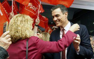 Ο επικεφαλής του Σοσιαλιστικού Κόμματος και πρωθυπουργός της Ισπανίας, Πέδρο Σάντσεθ, χαιρετά τους οπαδούς του.