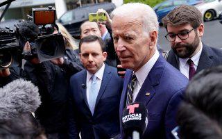 Ο τέως αντιπρόεδρος των ΗΠΑ, Τζο Μπάιντεν, προηγείται στις προτιμήσεις των Δημοκρατικών ψηφοφόρων.