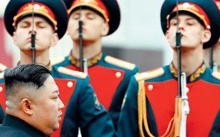 Παρουσία αγήματος, καταφθάνει στον σιδηροδρομικό σταθμό του Βλαδιβοστόκ, στη ρωσική Απω Ανατολή, ο Βορειοκορεάτης ηγέτης Κιμ Γιονγκ Ουν, ο οποίος αναμένεται να έχει σήμερα συνάντηση με τον Ρώσο πρόεδρο Βλαντιμίρ Πούτιν.