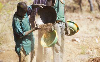 Το εμπόριο χρυσού στη «μαύρη» αγορά στηρίζεται σε εξορύξεις που γίνονται ακόμα και από παιδιά, χωρίς επίσημη εποπτεία και χωρίς διασύνδεση με μεγάλες εταιρείες. Αυτή η παράπλευρη παραγωγή χρυσού εξασφαλίζει την επιβίωση εκατομμυρίων Αφρικανών, αν και οι χρησιμοποιούμενες μέθοδοι είναι ιδιαίτερα αμφιλεγόμενες, διότι αφήνουν να διαρρέουν χημικές ουσίες σε ποταμούς ή στο υπέδαφος.