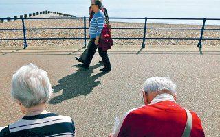 Οι περισσότεροι συνταξιούχοι είναι μεταξύ 71 και 75 ετών (455.213 ή 17,81%) και κατά μέσον όρο λαμβάνουν 929,06 ευρώ μεικτά. Ωστόσο, τα υψηλότερα ποσά συντάξεων (1.114,4 ευρώ μεικτές αποδοχές) εντοπίζο-νται στην ηλικιακή ομάδα 61-65 ετών (312.543 άτομα ή 12,23%).