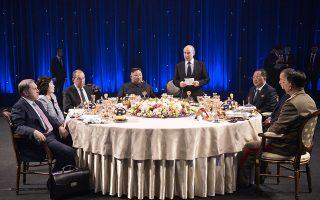Βλαντιμίρ Πούτιν, Κιμ Γιονγκ Ουν και Σεργκέι Λαβρόφ στο επίσημο δείπνο που έλαβε χώρα στο πλαίσιο της συνάντησης κορυφής, στο Βλαδιβοστόκ.
