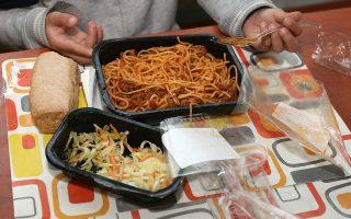 Σήμερα μοιράζονται στα δημοτικά σχολεία 130.000 γεύματα ημερησίως, ωστόσο προβλέπεται από την αρχή της νέας σχολικής χρονιάς να παρέχονται έως και 600.000 ημερησίως.