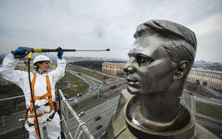 Καθαρός Γκαγκάριν. Το τεράστιο άγαλμα του αστροναύτη Yuri Gagarin καθαρίζεται με αφορμή την ημέρα των Κοσμοναυτών που θα εορταστεί  στην Ρωσία με κάθε επισημότητα στις 12 Απριλίου. (AP Photo/Maxim Marmur)