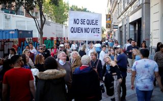 «Μην παραπονιέστε αν δεν έρθετε να ψηφίσετε», γράφει το πανό που κατά ο 83χρονος Martin Sagrera. Reuters/Jon Nazca