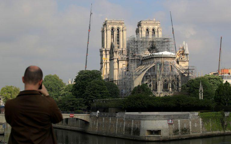 Με λευκό κάλυμμα σαν προσωρινή στέγη η Νοτρ Νταμ (βίντεο)