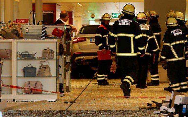 Αυτοκίνητο έπεσε πάνω σε εμπορικό κέντρο στο Αμβούργο