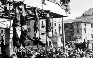 Μία ημέρα μετά την εκτέλεση του με συνοπτικές διαδικασίες από Ιταλούς παρτιζάνους σε ένα χωριό της επαρχίας Κόμο, ο νεκρός πλέον Ιταλός δικτάτορας Μπενίτο Μουσολίνι διαπομπεύεται σε μία πλατεία του Μιλάνου, μαζί με τα πτώματα της ερωμένης του, Κάρλα Πετάτσι, και άλλων ηγετικών φυσιογνωμιών της Ιταλικής Κοινωνικής Δημοκρατίας, της δεύτερης και τελευταίας ενσάρκωσης του φασιστικού καθεστώτος στη Βόρεια Ιταλία, το 1945. (AP Photo)