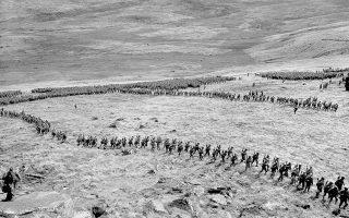Μονάδες του αμερικανικού πεζικού επιστρέφουν στους στρατώνες τους μετά από μία ημέρα σκληρής εκπαίδευσης στους εκτεταμένους ελιγμούς, κατά τη διάρκεια των προετοιμασιών για την Απόβαση στην Νορμανδία, στην Αγγλία, το 1944. (AP Photo)