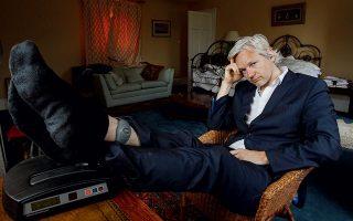 Με βραχιολάκι στο πόδι και σε κατ' οίκον περιορισμό σε ένα σπίτι στο Σάφολκ, τον Ιούνιο του 2011. © AP Photo/Kirsty Wigglesworth
