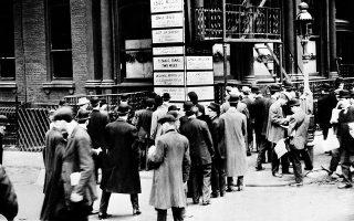 «Ο Τιτανικός βυθίζεται» γράφει μία από τις καρτέλες στον πίνακα ανακοινώσεων με τις κυριότερες ειδήσεις της ημέρας, σε ένα κεντρικό κτίριο του Μανχάταν, στη Νέα Υόρκη, το 1912. (AP Photo)