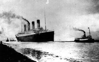Το θρυλικό βρετανικό υπερωκεάνιο «Τιτανικός» (RMS Titanic) ξεκινά το παρθενικό και ταυτόχρονα τελευταίο του ταξίδι από το Σαουθάμπτον της Αγγλίας, έχοντας ως προορισμό του την άλλη πλευρά του Ατλαντικού και συγκεκριμένα τη Νέα Υόρκη, το 1912. Μόλις πέντε ημέρες αργότερα, μία μοιραία σύγκρουση του με παγόβουνο θα αφήσει ανολοκλήρωτο το μεγαλειώδες ταξίδι του, και θα οδηγήσει τον υγρό τους τάφο 1.500 επιβάτες, στα παγωμένα νερά του βόρειου Ατλαντικού Ωκεανού. (AP Photo)