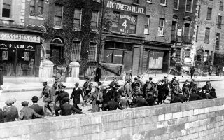 Ιρλανδοί συλληφθέντες οδηγούνται από ένοπλους Βρετανούς στρατιώτες σε κάποιον τόπο κράτησης στο Δουβλίνο, την ημέρα του ξεσπάσματος της «Εξέγερσης του Πάσχα», της ένοπλης προσπάθειας περίπου 1.250 Ιρλανδών αυτονομιστών να κηρύξουν την ίδρυση της Ιρλανδικής Δημοκρατίας και να αποτάξουν τη βρετανική κυριαρχία από τη χώρα, στο Δουβλίνο, το 1916. (AP Photo)