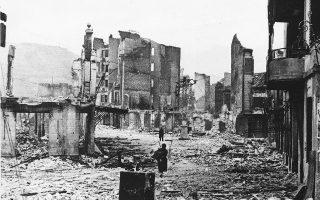 Οι βόμβες της Φασιστικής Ιταλίας και της Ναζιστικής Γερμανίας, οι οποίες στήριζαν στρατιωτικά και υλικά τον στρατηγό Φρανθίσκο Φράνκο και την εθνικιστική πλευρά στον Ισπανικό Εμφύλιο Πόλεμο, ισοπεδώνουν τη βασκική πόλη της Γκέρνικα και οδηγούν στον θάνατο περίπου 1.600 κατοίκους της, το 1937. (AP Photo)
