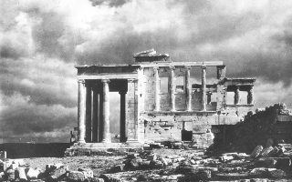 Όψη του αρχαίου ναού του Ερεχθείου στη βόρεια πλευρά του ιερού βράχου της Ακρόπολης, το 1939. (AP Photo)