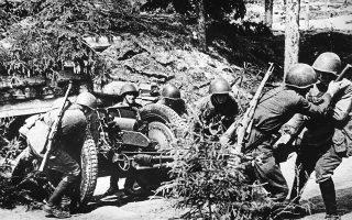 Στρατιώτες του σοβιετικού πυροβολικού κατά τη διάρκεια της πολιορκίας του Λένινγκραντ, το 1942. (AP Photo)