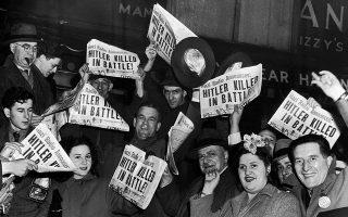 Η είδηση του θανάτου του Αδόλφου Χίτλερ κάνει τον γύρο του κόσμου και γεμίζει με χαμόγελα όλο τον κόσμο, όπως μαρτυρά αυτό το στιγμιότυπο από το μετρό της Νέας Υόρκης, το οποίο μάλιστα βρισκόταν σε ώρα αιχμής όταν κυκλοφόρησε η είδηση, το 1945. (AP Photo)