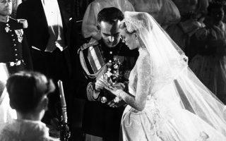 Ο Πρίγκιπας Ρενιέρ του Μονακό και η σύζυγός του, Γκρέις Κέλι, κατά τη διάρκεια της γαμήλιας τελετής στον καθεδρικό του Αγίου Νικολάου στο Μονακό, το 1956. (AP Photo)