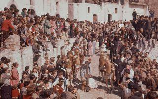Πλήθος κόσμου έχει συγκεντρωθεί για να παρακολουθήσει την ετήσια αναπαράσταση των Παθών του Χριστού, που λαμβάνει χώρα τη Μεγάλη Παρασκευή του Πάσχα των Καθολικών, στους δρόμους μίας κωμόπολης της επαρχίας της Ποτέντσα, στη νότια Ιταλία, το 1959. (AP Photo)