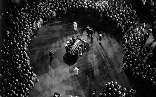 Το φέρετρο με τη σορό του Τζέι Έντγκαρ Χούβερ, ιδρυτή και μακροβιότερου διευθυντή του Ομοσπονδιακού Γραφείου Ερευνών των ΗΠΑ (FBI), βρίσκεται στη Ροτόντα του Καπιτωλίου, μία ημέρα μετά τον θάνατο και μία ημέρα πριν την κηδεία του, το 1972.
