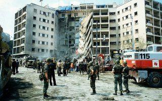 Η πρόσοψη του επταώροφου κτιρίου που στεγάζεται η αμερικάνικη πρεσβεία στη Βηρυτό έχει καταρρεύσει από την επίθεση ενός ισλαμιστή βομβιστή αυτοκτονίας, η οποία προκάλεσε τον θάνατο 63 ατόμων, μεταξύ των οποίων 17 Αμερικανών, μελών της CIA και στρατιωτών, το 1983.  (AP Photo)