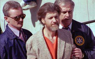 Ο διαβόητος Αμερικανός τρομοκράτης Τεντ Καζίνσκι, ευρύτερα γνωστός με το προσωνύμιο «Unabomber», συλλαμβάνεται μετά από 17 χρόνια δράσης, στο πλαίσιο των οποίων τρεις άνθρωποι έχασαν τη ζωή τους και 29 τραυματίστηκαν από τις αυτοσχέδιες βόμβες που έστελνε με το ταχυδρομέιο από το 1978 μέχρι το 1995, έχοντας σκοπό να πυροδοτήσει μία επανάσταση κατά του «τεχνολογικού πολιτισμού» σε όλη τη χώρα, το 1996. (AP Photo/John Youngbear)
