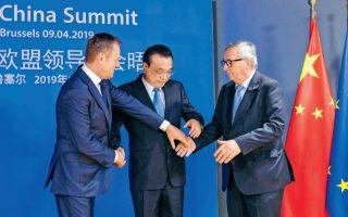 O πρόεδρος του Ευρωπαϊκού Συμβουλίου Ντόναλντ Τουσκ, ο Κινέζος πρωθυπουργός Λι Κετσιάνγκ και ο πρόεδρος της Ευρωπαϊκής Επιτροπής Ζαν-Κλοντ Γιούνκερ προσπαθούν να ανταλλάξουν χειραψία κατά τη σύνοδο Ε.Ε. - Κίνας, την περασμένη εβδομάδα. EPA/OLIVIER HOSLET