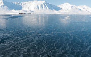 Υπολείμματα πάγου στη δυτική ακτή του Σβάλμπαρντ - μια περιοχή που, μέχρι πριν από 15 χρόνια, ήταν απροσπέλαστη για τα πλοία ώς τα τέλη Μαΐου. ΓΙΑΝΝΗΣ ΠΑΛΑΙΟΛΟΓΟΣ