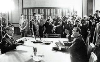 Εκφραστικότατες χειρονομίες από τον Νίξον και τον Μπρέζνιεφ κατά την πρώτη συνάντησή τους στη Μόσχα. ASSOCIATED PRESS