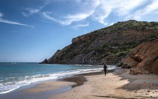 Η παραλία του Καλόγερου, στην ανατολική πλευρά της Πάρου. Το καλοκαίρι, οι οπαδοί της αργιλοθεραπείας κάνουν εδώ φυσικό spa. (ΦΩΤΟΓΡΑΦΙΑ: ΝΙΚΟΛΑΣ ΜΑΣΤΟΡΑΣ)