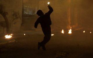 Διαδηλωτής πετά βόμβα μολότοφ σε άντρες των ΜΑΤ, την  Κυριακή 6 Δεκεμβρίου 2015, στα Εξάρχεια. Σύμφωνα με τις τελευταίες πληροφορίες από την αστυνομία, επεισόδια σημειώθηκαν πριν από λίγο στην οδό Στουρνάρη, έξω από το Πολυτεχνείο, όπου νεαροί επιχείρησαν να πυρπολήσουν ένα ΙΧ αυτοκίνητο, αλλά η φωτιά σβήστηκε από τους αστυνομικούς. Άλλες ομάδες αντιεξουσιαστών έχουν ανάψει φωτιές σε κάδους απορριμμάτων σε διάφορα σημεία των Εξαρχείων. Ταυτόχρονα νεαροί επιτίθενται με πέτρες και βόμβες μολότοφ εναντίον των αστυνομικών δυνάμεων, που βρίσκονται παντού και οι οποίες απαντούν με χειροβομβίδες κρότου-λάμψης.Επτά χρόνια συμπληρώνονται σήμερα από τη δολοφονία του Αλέξη Γρηγορόπουλου στα Εξάρχεια από αστυνομικό και για τον σκοπό αυτό διοργανώνονται πλήθος εκδηλώσεων και συγκεντρώσεων σε πολλές πόλεις της χώρας. ΑΠΕ-ΜΠΕ/ΑΠΕ-ΜΠΕ/ΓΙΑΝΝΗΣ ΚΟΛΕΣΙΔΗΣ