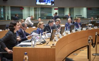 O υπουργός Οικονομικών Ευκλείδης Τσακαλώτος (4Α) παρακολουθεί ομιλία στη συνεδρίαση του Eurogroup, τη Δευτέρα 3 Δεκεμβρίου 2018, στην έδρα του Ευρωπαϊκού Συμβουλίου, στις Βρυξέλλες.  ΑΠΕ-ΜΠΕ/consilium.europa.eu/Mario Salerno