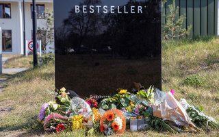 Λουλούδια έχουν τοποθετηθεί στην είσοδο των κεντρικών γραφείων της διεθνούς αλυσίδας ρούχων Bestseller του Δανού δισεκατομμυριούχου Άντερς Χολτς Πόβλσεν, ο οποίος έχασε τρία από τα τέσσερα παιδιά του στις τρομοκρατικές επιθέσεις στη Σρι Λάνκα την Κυριακή. (Ritzau Scanpix/John Randeris via REUTERS)