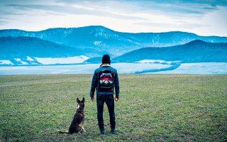 Με ελάχιστους φίλους στη μικρή κοινωνία και τον πιστό του σκύλο, ο Γιάτσεκ προσπαθεί να προσαρμοστεί στην καινούργια του πραγματικότητα.