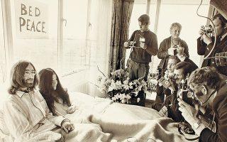 Ο Τζον Λένον και η Γιόκο Ονο στη διάρκεια του μήνα του μέλιτος στο θρυλικό «Κρεβάτι της Ειρήνης».