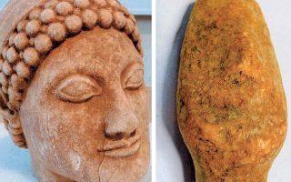 Οι δύο μαρμάρινες κεφαλές αγάλματος και ειδωλίου που κατασχέθηκαν το 2014. Η κάτοχός τους υποστηρίζει ότι δεν είναι αυθεντικά.