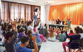 Με αφορμή την Παγκόσμια Ημέρα Παιδικού Βιβλίου και Αυτισμού (2/4), η Ομάδα Τέχνης Πάροδος παρουσίασε θεατρικά το βιβλίο «Τη μέρα που μεταμορφώθηκα σε πουλί», πλαισιωμένο με κείμενα των μαθητών της Ε΄ τάξης για την αγάπη.