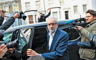 Ο ηγέτης του Εργατικού Κόμματος της Βρετανίας Τζέρεμι Κόρμπιν αναχωρεί από την κατοικία του στο βόρειο Λονδίνο, προκειμένου να συναντήσει τη Βρετανίδα πρωθυπουργό Τερέζα Μέι, σε μια προσπάθεια εξεύρεσης κοινώς αποδεκτής λύσης για τo Brexit. Η συνάντηση διήρκεσε δύο ώρες και η ατμόσφαιρα ήταν πολύ καλή, δήλωσε ο Κόρμπιν, ενώ ταυτόχρονα καλωσόρισε τη διάθεση συμβιβασμού προς άρση του αδιεξόδου.