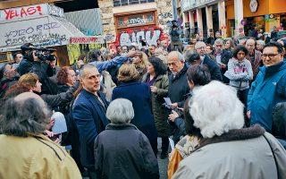 Ανθρωποι όλων των ηλικιών, κάτοικοι και επαγγελματίες των Εξαρχείων συγκεντρώθηκαν χθες στην Ακαδημίας, προκειμένου να διαμαρτυρηθούν για την υποβάθμιση της περιοχής. Στο τέλος της συγκέντρωσης, εμφανίστηκαν κουκουλοφόροι πετώντας αυγά και φωνάζοντας χυδαία συνθήματα κατά του υποψηφίου δημάρχου Αθηναίων Κώστα Μπακογιάννη, ενώ στη συνέχεια ακολούθησαν συγκρούσεις με δυνάμεις των ΜΑΤ στην οδό Τοσίτσα. Είχε προηγηθεί το πρωί η εκκένωση δύο υπό κατάληψη κτιρίων στα Εξάρχεια από τις αστυνομικές δυνάμεις.