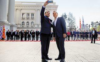 Αλέξης Τσίπρας και Ζόραν Ζάεφ βγάζουν σέλφι χθες στα Σκόπια. Με δεδομένο ότι οι δύο χώρες κινούνται στον αστερισμό των εκλογών, η πρώτη επίσημη επίσκεψη Ελληνα πρωθυπουργού στη Βόρεια Μακεδονία χαρακτηρίστηκε από την προσπάθεια των δύο πλευρών να αξιοποιήσουν επικοινωνιακά τη συμφωνία των Πρεσπών.