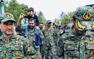 Με συνθήματα όπως «Είμαι κι εγώ Φρουρός», πλήθη Ιρανών διαδήλωσαν υπέρ των «Φρουρών της Επανάστασης» με αφορμή την ανακήρυξή τους σε τρομοκρατική οργάνωση από τον Αμερικανό πρόεδρο Ντόναλντ Τραμπ. Στη φωτογραφία, μέλη της επίλεκτης στρατιωτικής δύναμης σε χθεσινή πορεία.