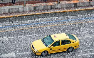 Πυκνή χαλαζόπτωση έπληξε χθες το κέντρο της Αθήνας και είχε ως αποτέλεσμα να το «στρώσει» σε δρόμους, αυτοκίνητα και πεζοδρόμια, και να προκληθούν προβλήματα στην κίνηση των οχημάτων. Η καταιγίδα ξέσπασε γύρω στις 4 μ.μ., με ιδιαίτερα έντονη βροχόπτωση και χοντρό χαλάζι.