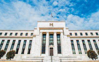 Θετικό ρόλο στην εξομάλυνση του επενδυτικού κλίματος έπαιξε η απόφαση της Fed να «παγώσει» την αύξηση των επιτοκίων της. Το ΔΝΤ συστήνει στους κεντρικούς τραπεζίτες να είναι ιδιαίτερα ξεκάθαροι όταν κοινοποιούν αλλαγές για την πορεία της νομισματικής πολιτικής.