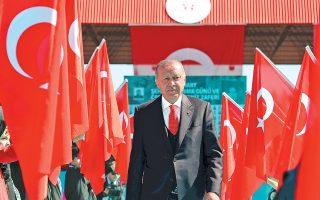 Σε ομιλία του, στα τέλη του προηγούμενου μηνός, ο Ερντογάν είχε προειδοποιήσει τους επενδυτές πως θα πληρώσουν «βαρύ τίμημα» εάν στοιχηματίζουν εις βάρος της τουρκικής λίρας, ενισχύοντας τους φόβους για παρέμβαση της κυβέρνησης στις αγορές.